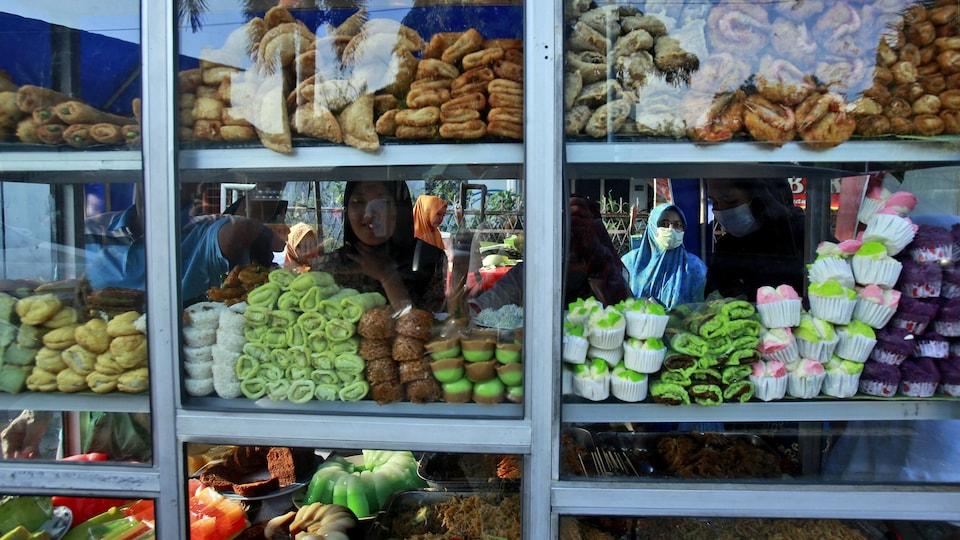Des femmes portant le hijab à l'intérieur d'un magasin d'alimentation.