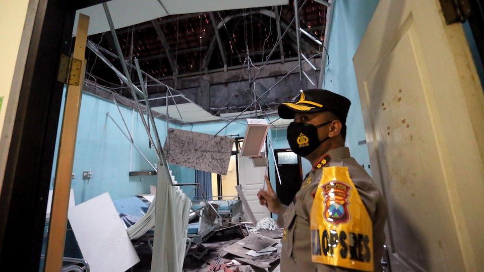 Un hôpital endommagé par le séisme en Indonésie.