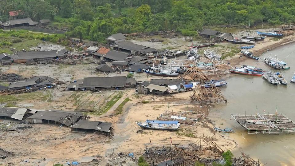 Plusieurs maisons ont été détruites sur la plage. Des bateaux ont été repoussés sur la terre.