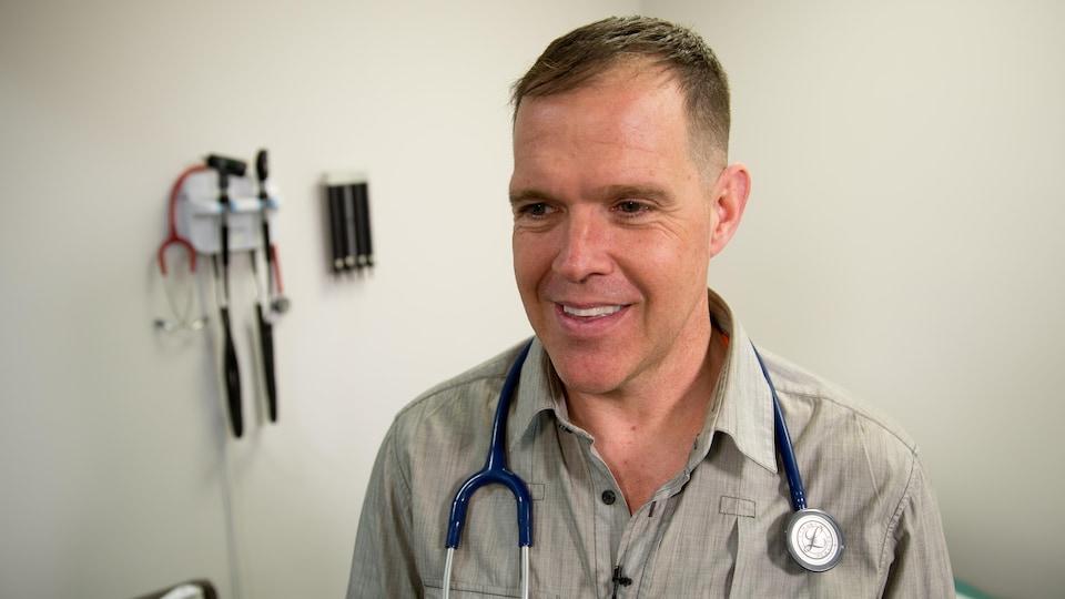 Un homme dans un cabinet médical