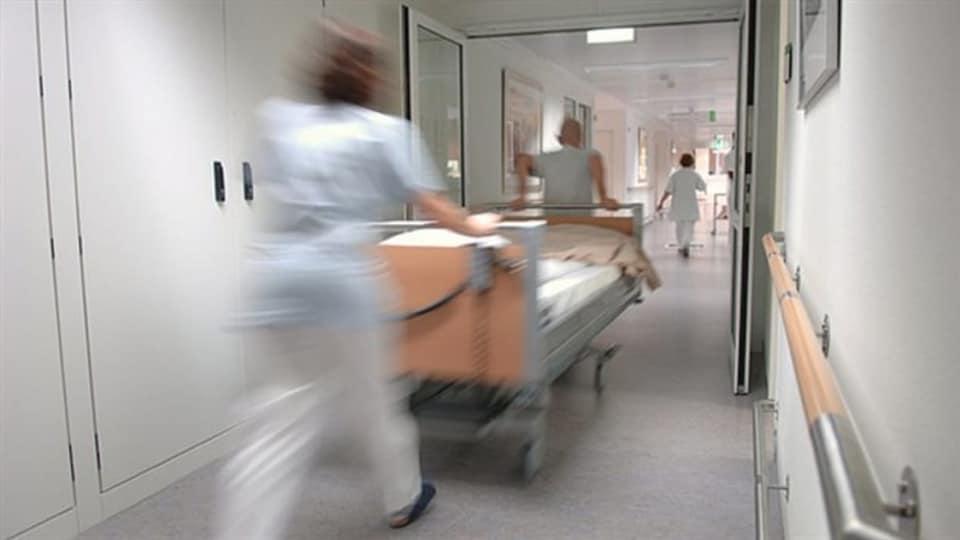 Une civière dans un couloir d'hôpital.
