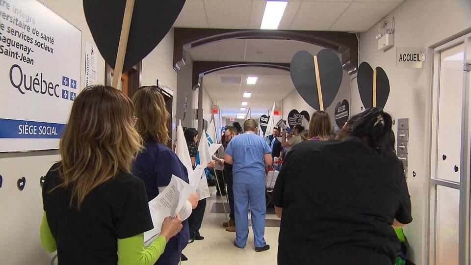 Les infirmiers et infirmières de la FIQ font pression sur le gouvernement de la CAQ, lundi, en refusant les heures supplémentaires obligatoires.