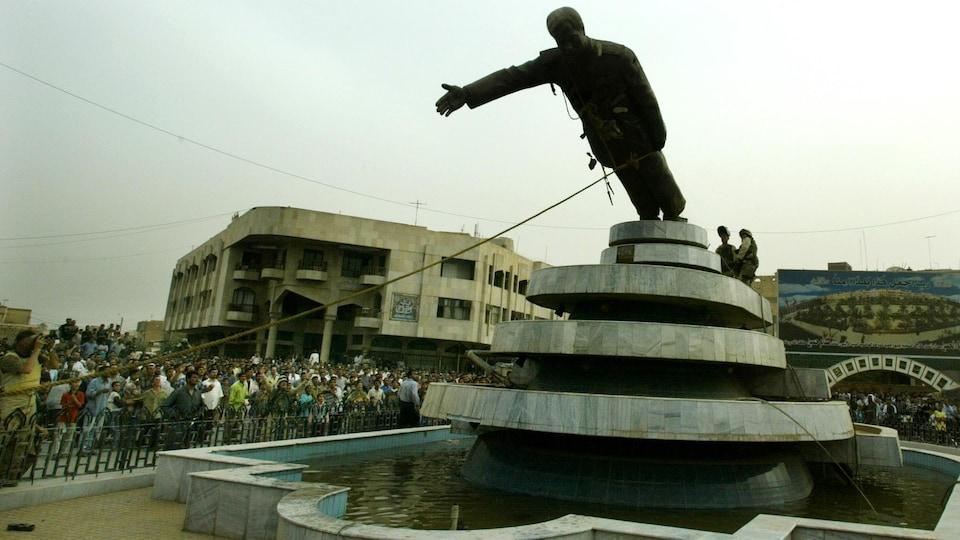 Des citoyens abattent la statue de Saddam Hussein