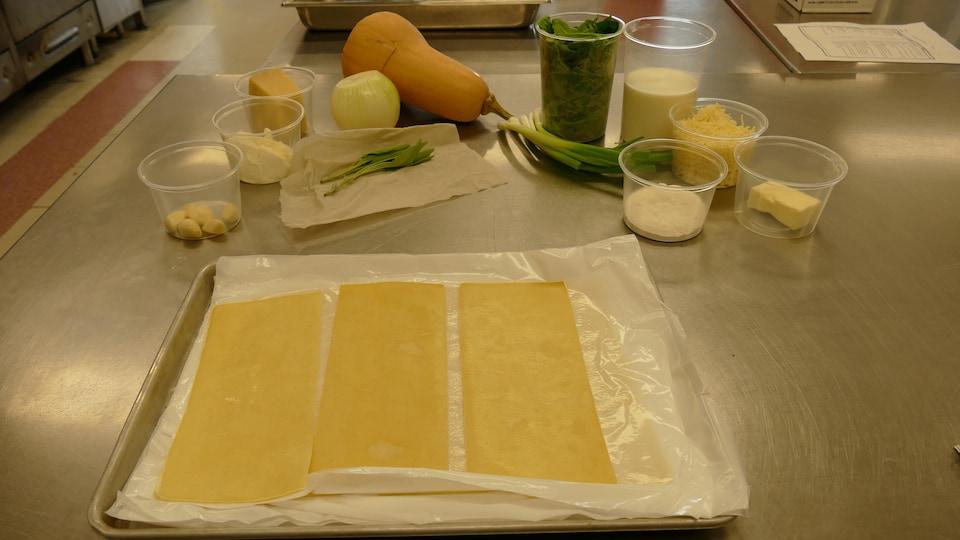 Sur le comptoir, les ingrédients pour cannelloni à la courge sont étalés.