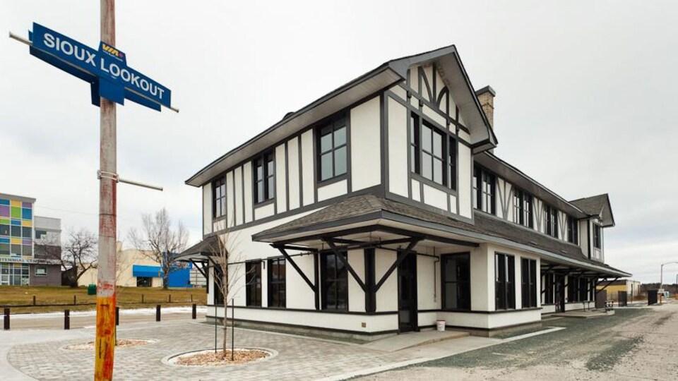 Un édifice aux murs blancs.