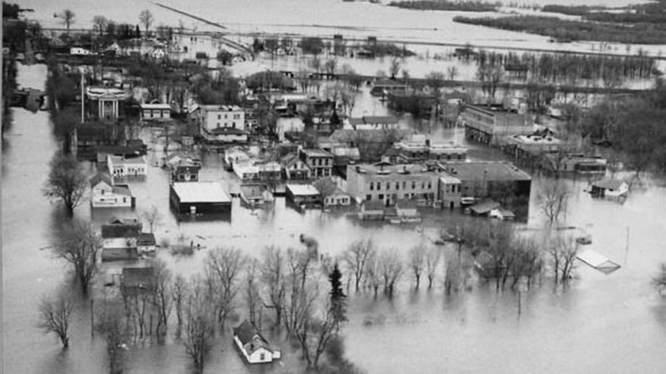 Photo en noir et blanc de la ville de Emerson inondée en 1950. Les rues sont toutes sous l'eau.