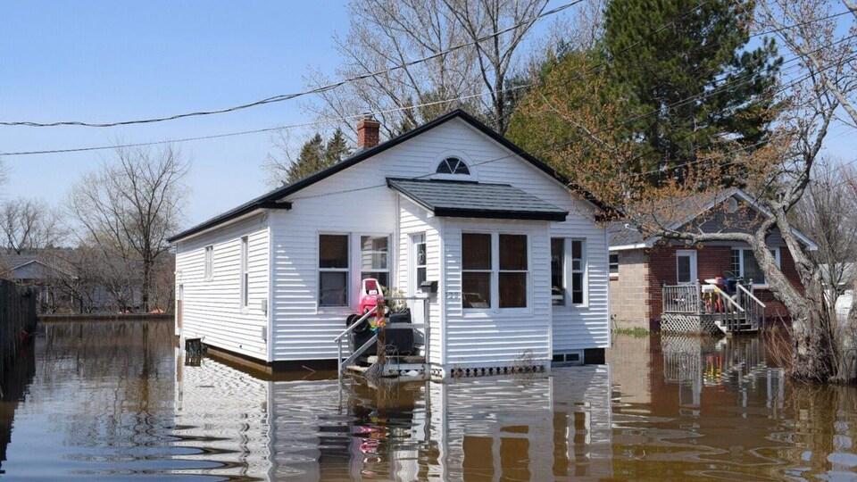Des maisons inondées.