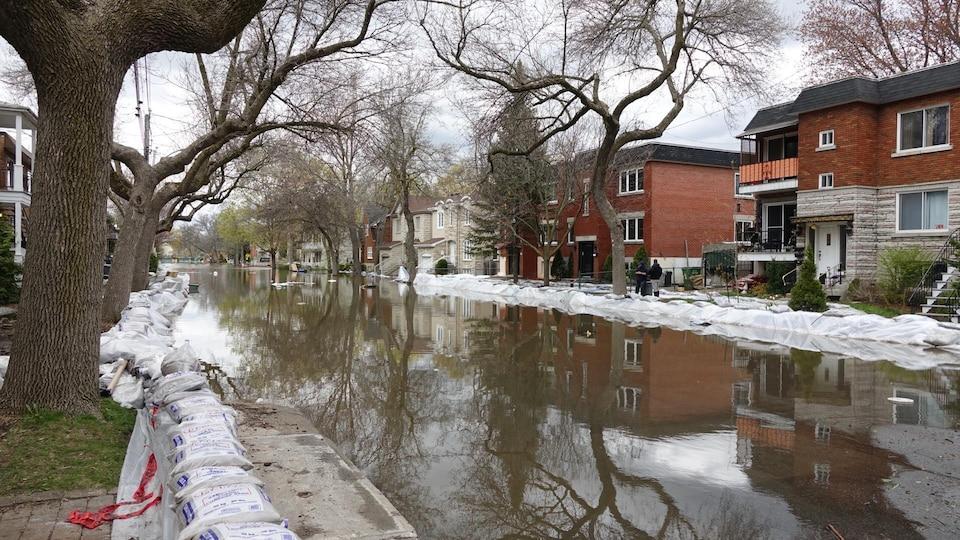 L'eau commence lentement à se retirer de la rue Cousineau dans Ahuntsic-Cartierville.