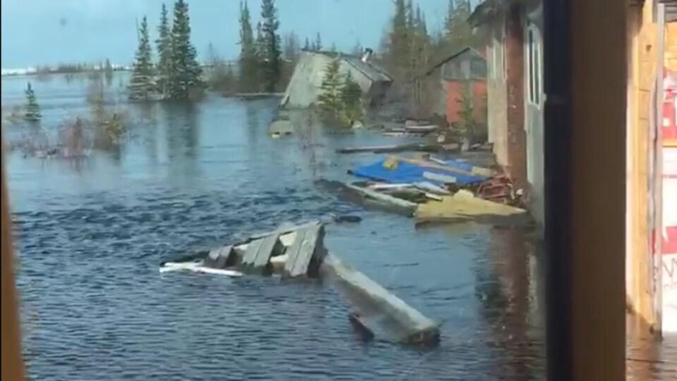 Le service de train à Churchill est suspendu en raison d'une inondation de la voie ferrée, qui résulte de deux blizzards qui ont frappé la petite ville dans le nord du Manitoba en mars et qui ont entraîné une fonte dévastatrice en mai.