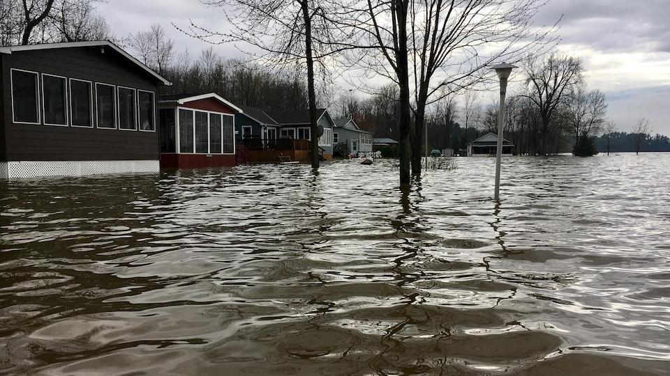 Une rue de Clarence-Rockland complètement submergée le 6 mai 2017.