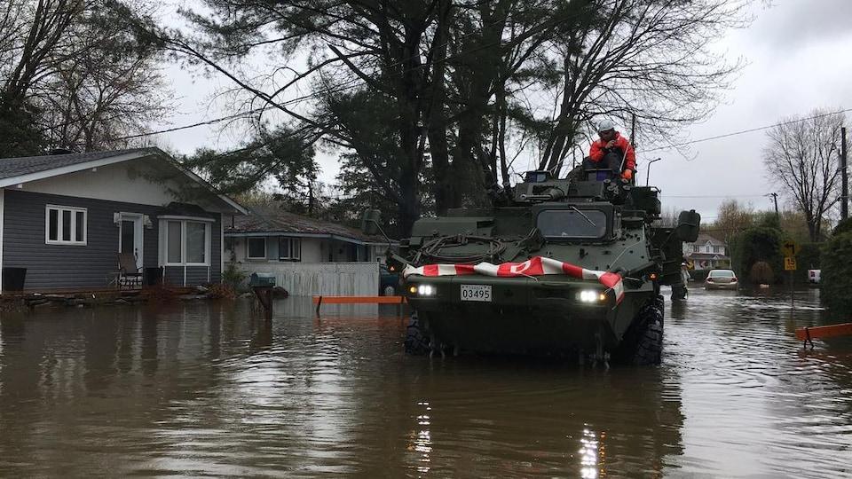 Un véhicule militaire et un soldat