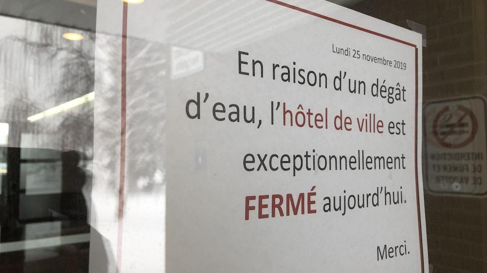 Une affiche indique que l'hôtel de ville est fermé.