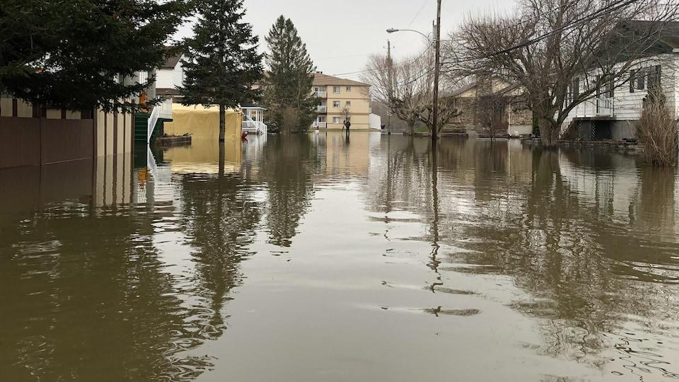L'eau est haute et recouvre complètement la chaussée.