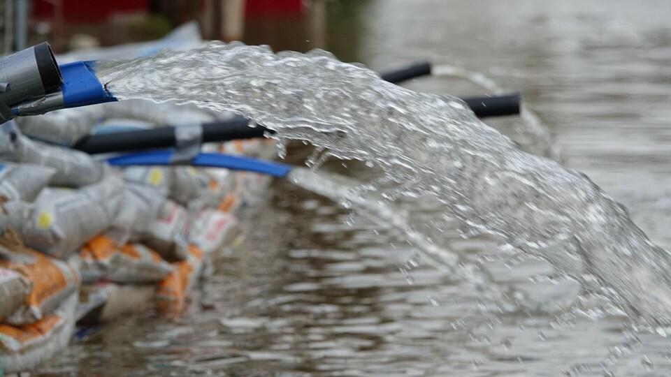 Des pompes à eau en action