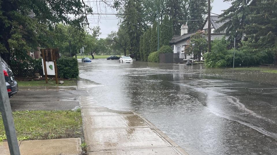 La montée des eaux dans une rue.