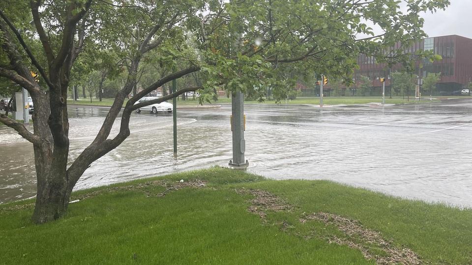 La montée des eaux à l'intersection de l'avenue College et de la rue McIntyre à Regina.