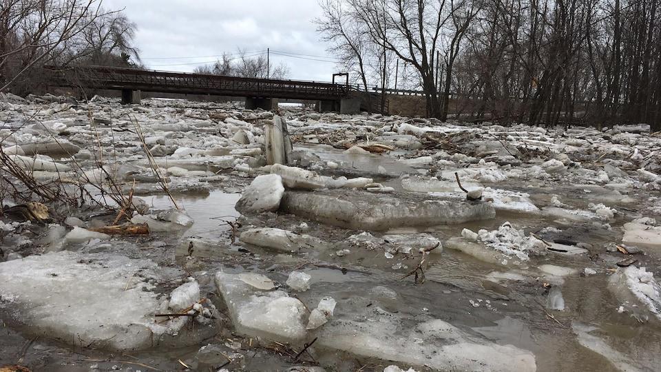 De gros morceaux de glace dans une rivière.