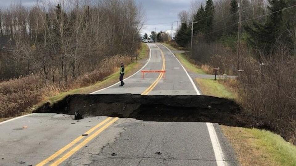 Une crevasse de plusieurs mètres de largeur a scindé le chemin Fulford, à Lac-Brome, en raison de la pluie.