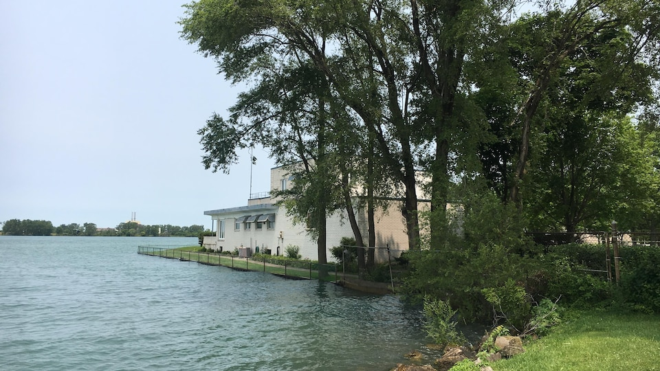 Une résidence près de la rivière Détroit est entourée d'eau