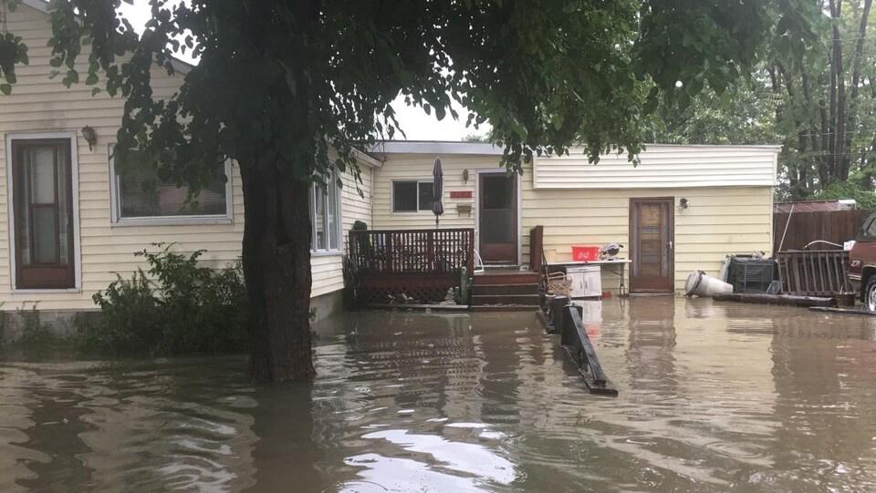 le devant d'une maison inondée à Windsor, les marches sont sous l'eau.