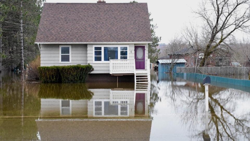Une maison entourée d'eau.