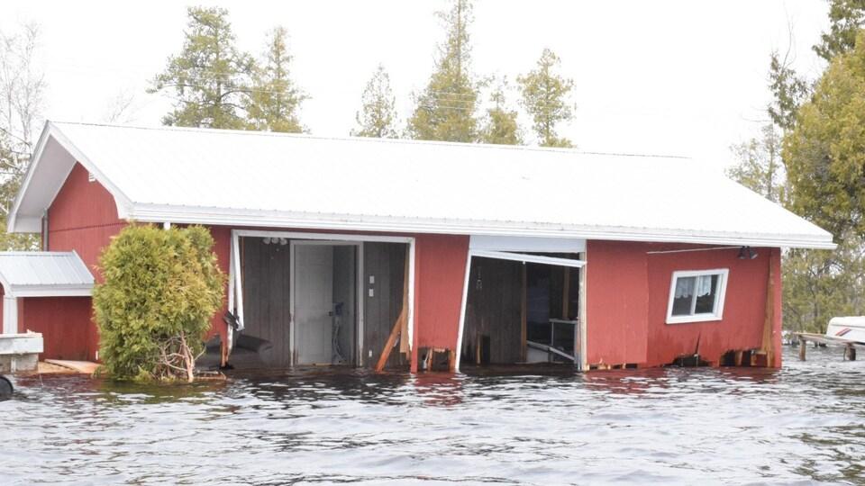 Habitation lourdement endommagée et inondée à Princess Park, dans la région de Grand Lake au Nouveau-Brunswick, le 28 avril 2019.