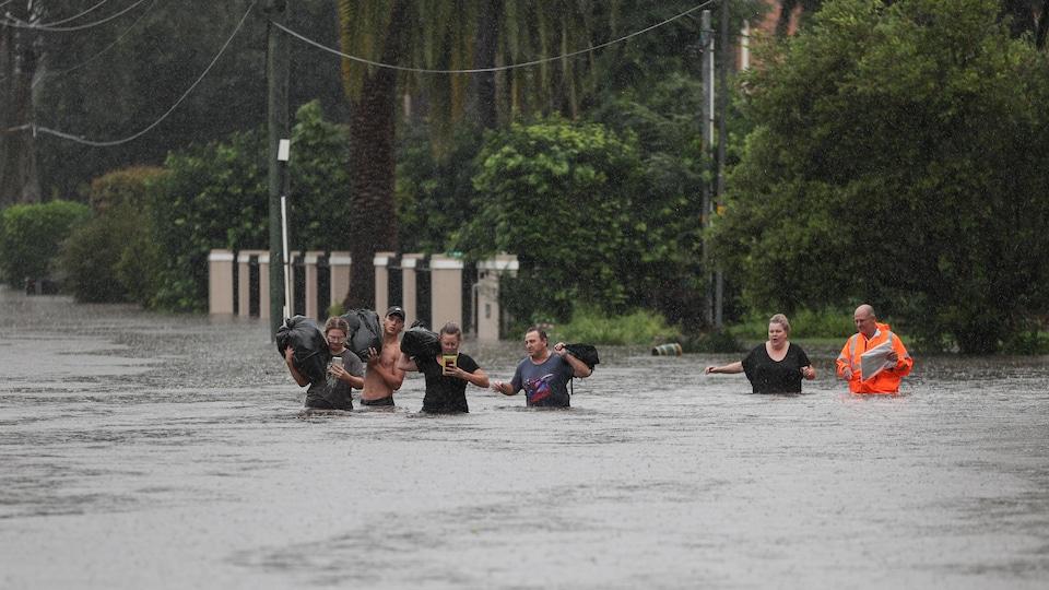 Des gens marchent dans l'eau.