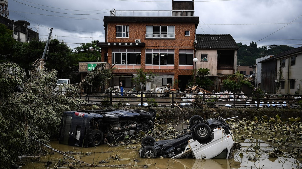 Des véhicules endommagés et renversés.