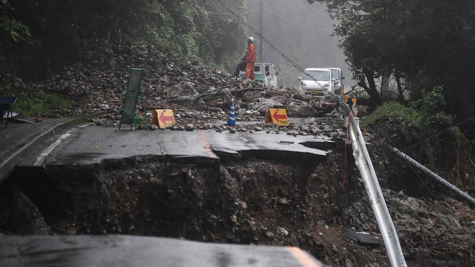 Effondrement d'une route causé par de fortes pluies au Japon.