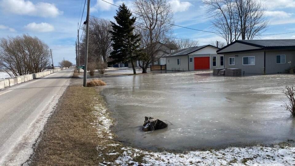De la glace devant des maisons.