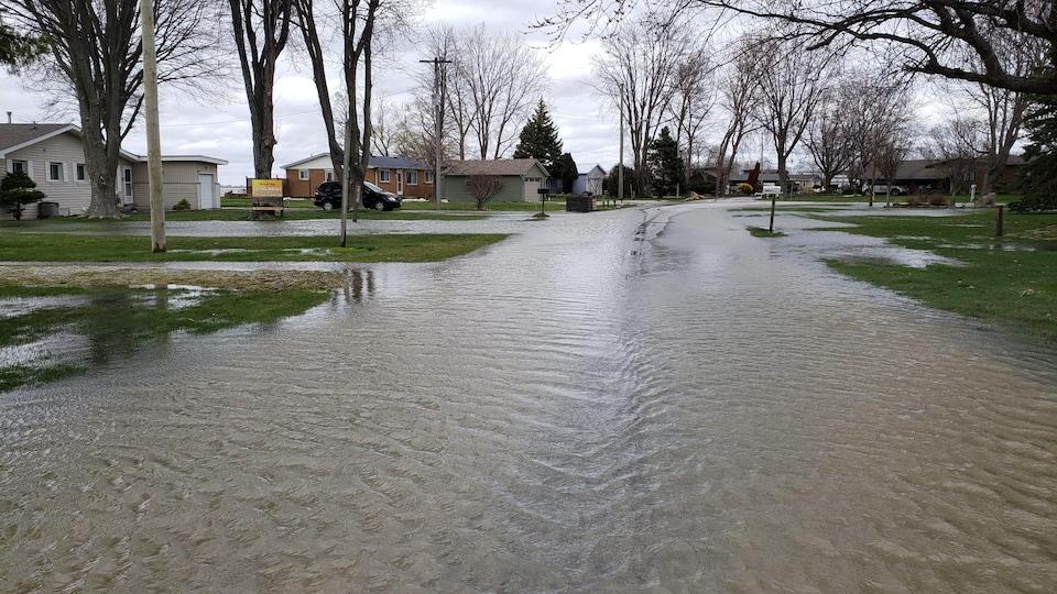 Une rue est inondée.