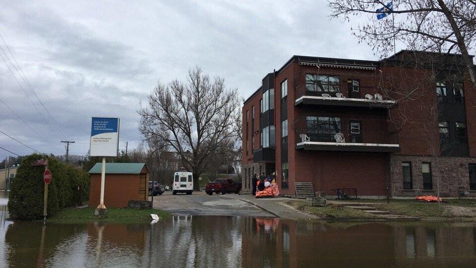 L'eau atteint le stationnement de l'établissement.