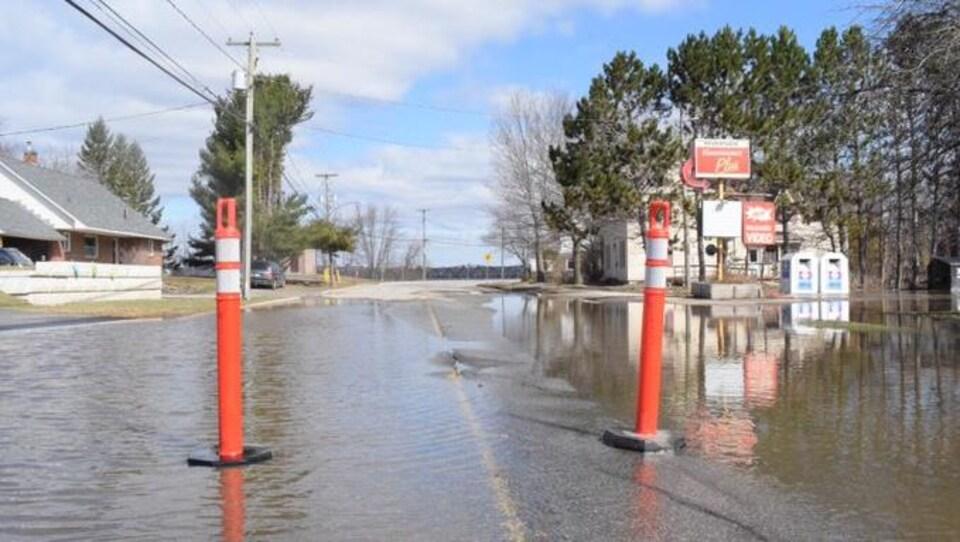 Quelques centimètres d'eau sur une route.