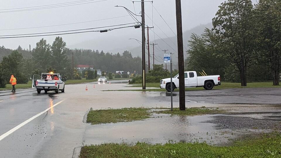 La route 197, dans le secteur de la rivière Morris, à Rivière-au-Renard, est envahie par le débordement des eaux.