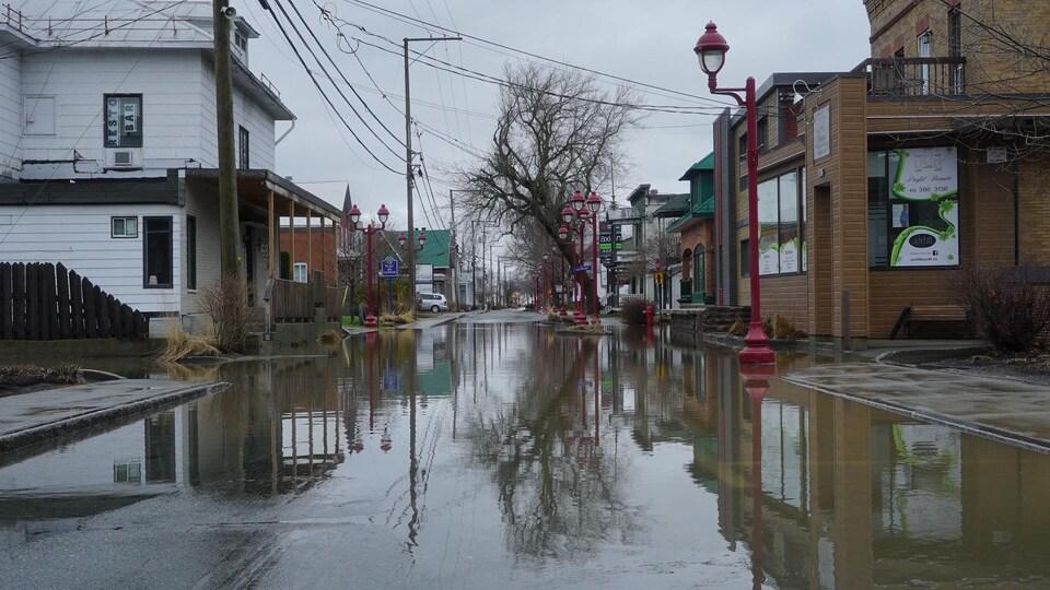 Le centre-ville de Sainte-Marie est inondé.