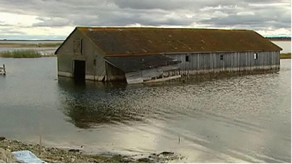 Une maison au milieu de l'eau.