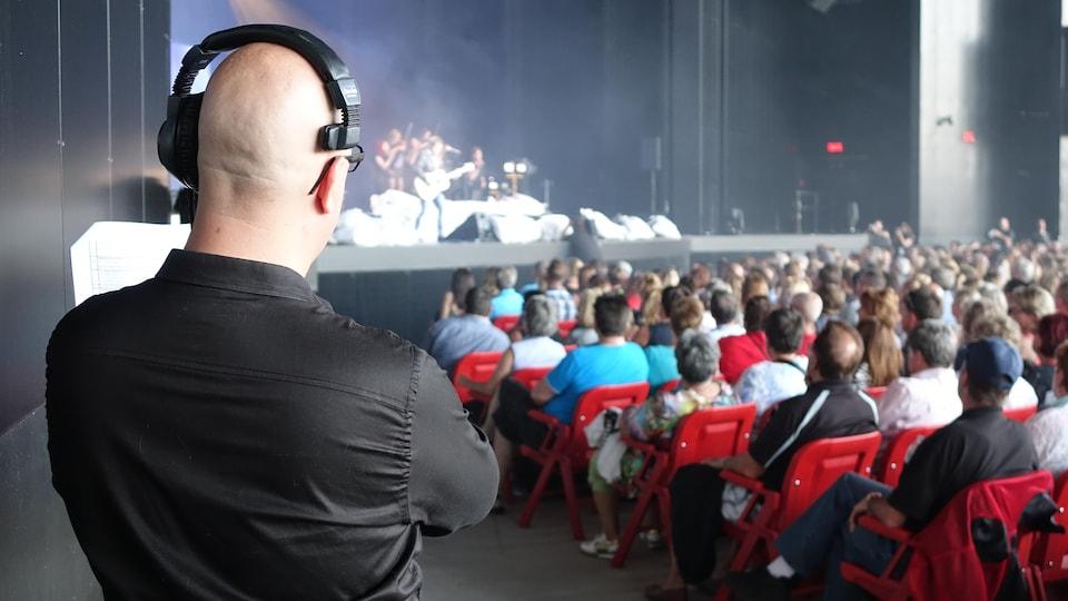 Le chef d'orchestre de l'émission En direct de l'univers, Jean-François Blais, lui-même sinistré des inondations, dirige Inondés d'amour.