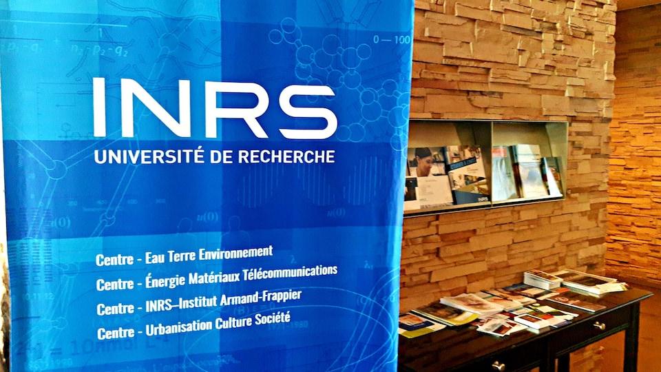 Une bannière de l'INRS dans le hall d'entrée