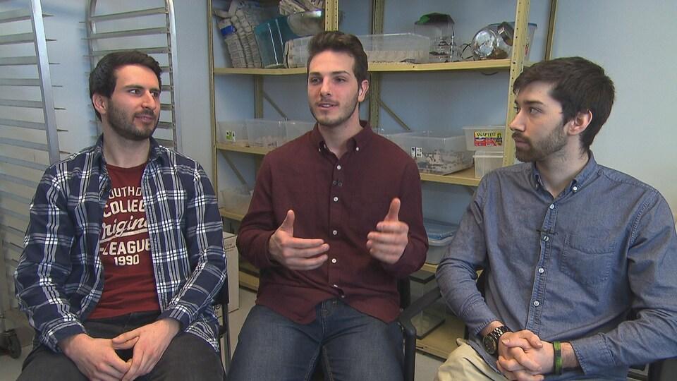 Gabriel Dubois, Jonathan Joly et Samuel Richard dans leur petit local de production d'insectes loué par la MRC de Maskinongé.