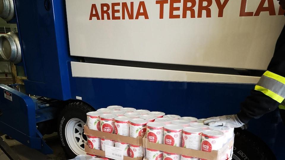 Des boîtes de tomates en dés dans l'aréna.