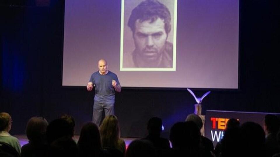 Guy Felicella donne une présentation lors de la conférence TED White Rock, en mai 2018