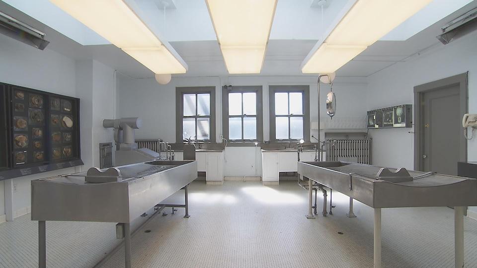 L'ancienne morgue de Vancouver, avec les tables et les éviers originaux.