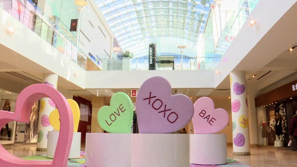 Coeurs géants dans la rotonde du centre commercial CORE à Calgary.