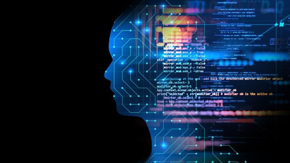 Une silhouette humaine est remplie avec un design de circuit imprimé, et des lignes de code flottent par-dessus.