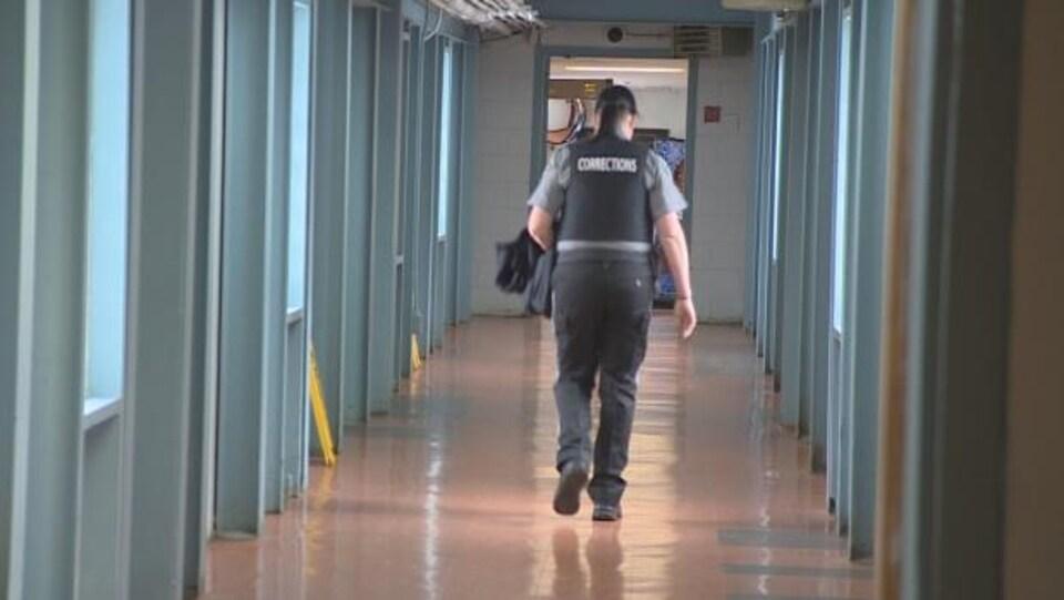 Un agent correctionnel déambule dans un corridor du pénitencier.