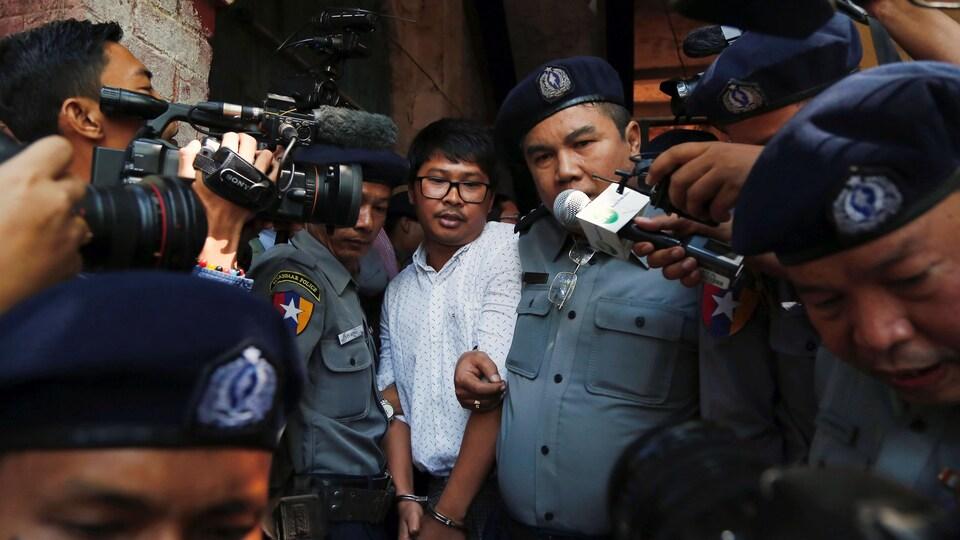 Le journaliste de Reuters Wa Lone, à la sortie du tribunal.