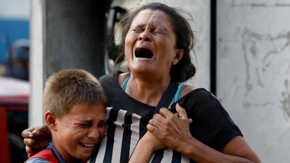 Des proches pleurent à l'extérieur d'une prison.