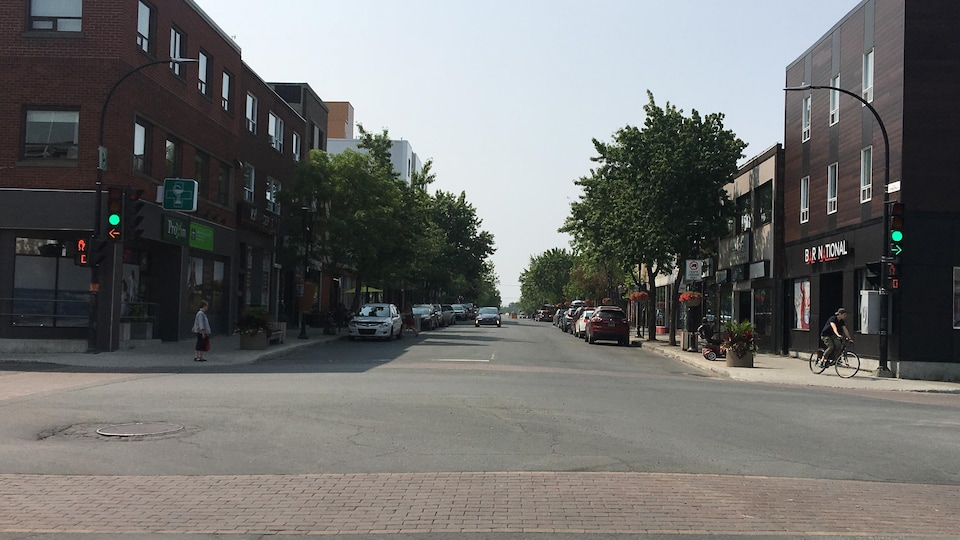 L'intersection de la rue Principale et de la rue du Terminus. À droite, la bâtisse du national, une taverne,