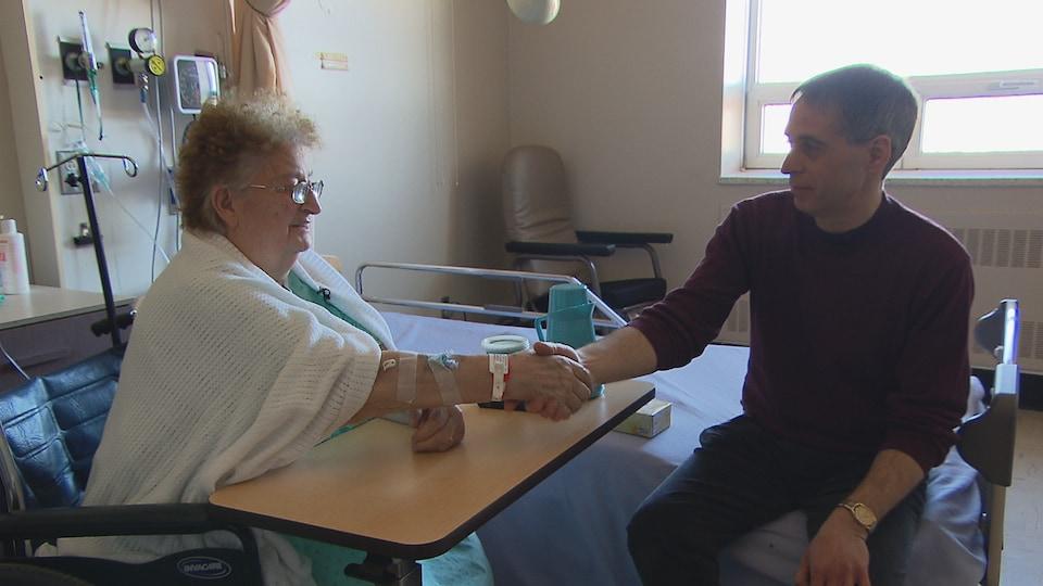 L'intervenant spirituel Yves Hébert rencontre une patiente à l'hôpital de La Pocatière.