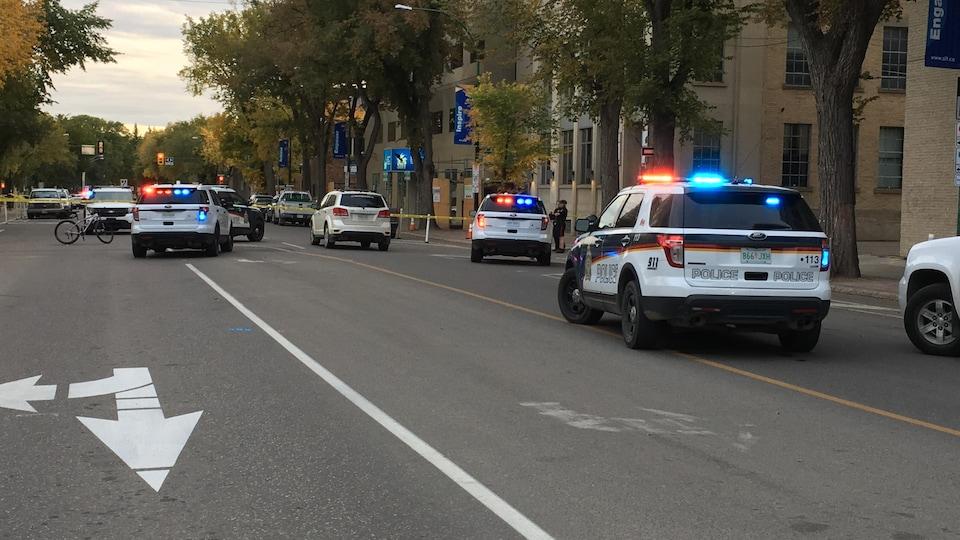 Des voitures de policiers au centre-ville de Saskatoon.